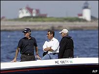George Bush (izq) y Nicolas Sarkozy (centro), abordo del Fidelity III