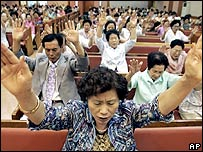 South Koreans pray for the hostages at a church in Seoul - 12/08/07