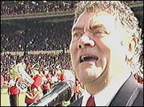 Max Boyce sings at Wembley before Wales v England in 1999