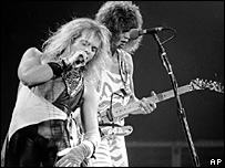 David Lee Roth (l) and Eddie Van Halen (r)