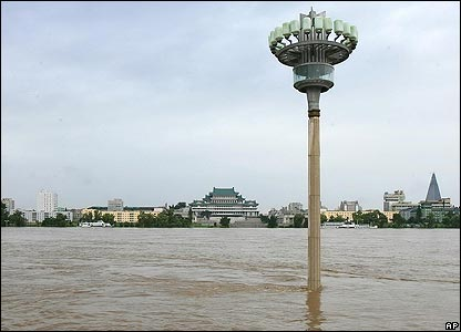 A lamp stand on the on the flooded bank of the Taedong-gang River in Pyongyang, North Korea, 14/8/07 (Xinhua/AP)