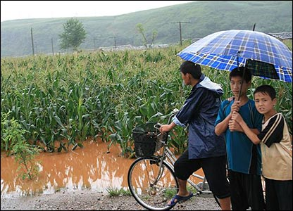 North Koreans survey damage caused by flooding, August 2007 (Picture courtesy of World Food Programme)