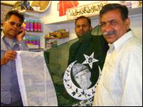 Tariq Rashid (centre)