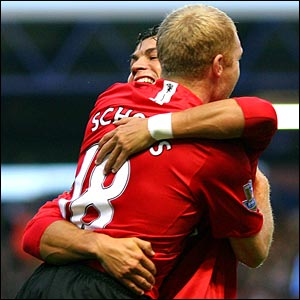 Paul Scholes celebrates with Cristiano Ronaldo at Fratton Park