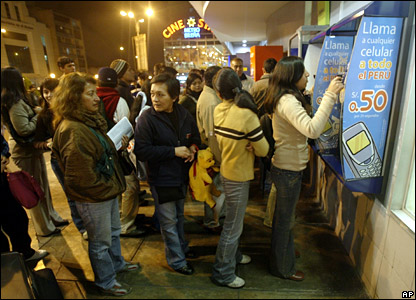 Queues for public telephones in Lima
