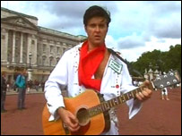 Andy Woodward as Elvis outside Buckingham Palace