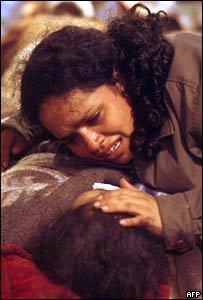 Una madre reconforta a su hijo, luego del terremoto que sacudió a Perú