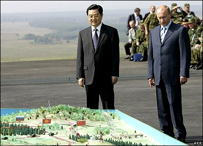 President Hu (left) and President Putin examine a map
