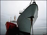 Заправка канадского военного корабля 'Фредериктон' в Арктике 11 августа 2007 года