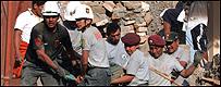 Autoridades y voluntarios ayudan a las v�ctimas