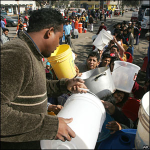 Earthquake refugees queue at a water distribution centre in Peru.