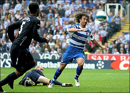 Stephen Hunt prepares to fire in Reading's winner