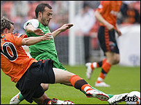 Noel Hunt and Steven Fletcher compete at Tannadice