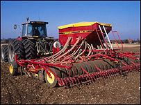 Tractor trabajando en cultivo de cereales