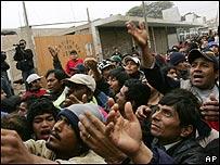 Gente a la espera de recibir ayuda en la ciudad de Pisco