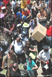 Turistas en el aeropuerto de Georgetown, Gran Caimán.