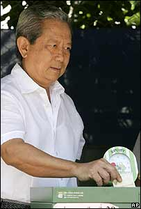 Gen Surayud Chulanont, Thailand's post-coup prime minister, casts his vote on 19 August