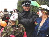 Policía y activistas en Heathrow.