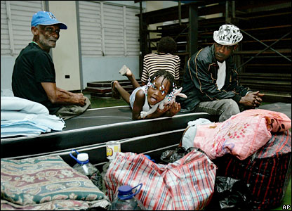 A family waits in a hurricane shelter for Dean's arrival - 19/08/07