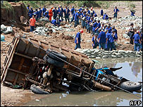 Miners fix breached levee in Shangdong province - 20/08/07