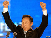 Lee Myung-bak celebrates winning the GNP presidential nomination - 20/08/07