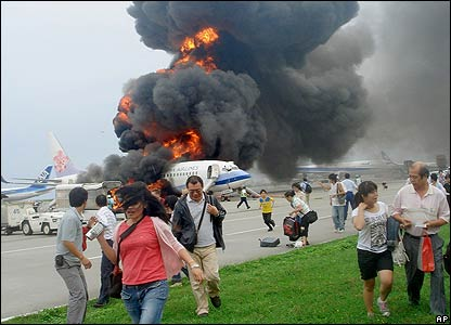 Passengers flee China Airlines plane at Naha airport - 20/08/07 (Pic credit: AP Photo/Kyodo News, Shuho Watanabe)