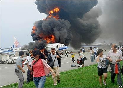 Passengers flee China Airlines plane at Naha airport - 20/08/07 (Pic credit: AP Photo/Kyodo News, Shuho Watanabe)