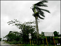 Wind lashes Yucatan peninsula as Hurricane Dean hits Mexico 21-8-07