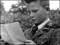 Fotografía en blanco y negro de un Alex Kurzem niño en uniforme