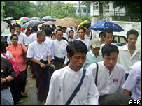Activistas protestan contra aumento de precios de combustible en Rangún el 19 de agosto, 2007