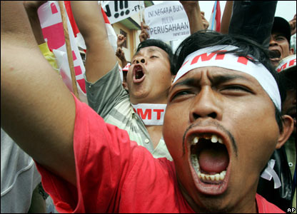 indonesian people pictures. Indonesian protesters shout