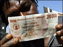 A Zimbabwean holds up a new 200,000 dollar note (2 August 2007)