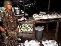 Soldado colombiano con droga incautada.