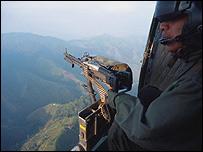 Soldado colombiano sobrevolando
