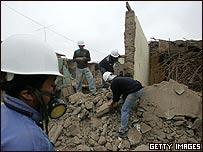 Residentes peruanos trabajan en la limpieza de escombros