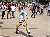 Dhaka University students throw stones at police on Tuesday 21 August 2007