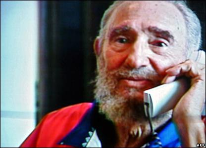Телевизионные кадры с Фиделем Кастро, который говорит по телефону