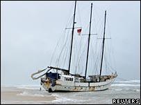 KRI Arung Samudera stranded on Rainbow Beach near Gympie, Queensland - 23/08/07