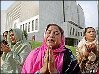 Women supporters of Nawaz Sharif outside the court