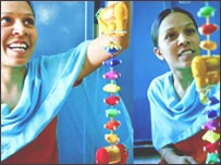Mujeres indias haciendo artesanías.