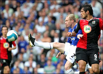 Tony Hibbert of Everton vies with Roque Santa Cruz