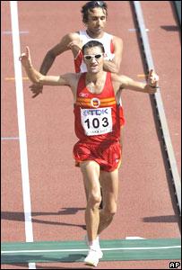 Francisco Javier Fernández cruzando la meta seguido por Harem Ghoula.
