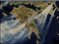 لقطة  لأعمدة الدخان المنبعثة من اليونان