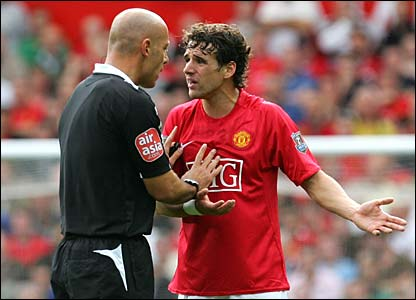Owen Hargreaves has a difference of opinion with referee Howard Webb
