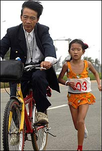 Zhang Huimin, Chinese eight-year-old runner, and her father