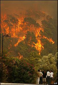 Algunas personas cerca de los incendios en el Peloponeso.