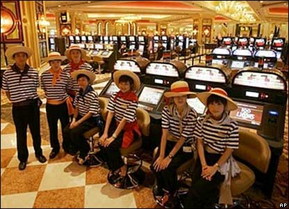 Employees pose by the slot machines during the opening ceremony - 28/08/07