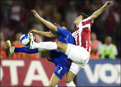 Rangers' Alan Hutton (left) fights for the ball alongside Red Star's Igor Burzanovic
