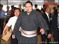 Kimono-clad Asashoryu at Tokyo's Narita Airport for his flight home to Mongolia on 29 August 2007
