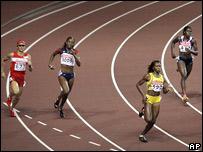 Carrera femenina de los 400 mts. planos